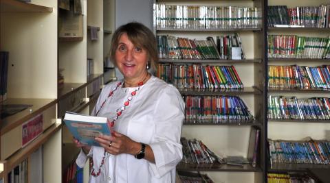 Mª Jesús Ollobarren en la biblioteca del colegio Juan Bautista Irurzun de Peralta