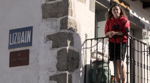 Itziar Peña Colás, en el balcón de su casa, ayer en Lizoáin.