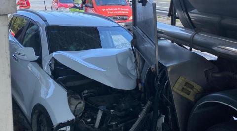 El operario descargaba el producto de su camión en la gasolinera cuando el coche embistió por detrás al remolque.