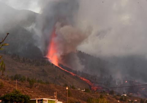 El volcán tiene siete bocas eruptivas y las coladas de lava van avanzando hacia el mar