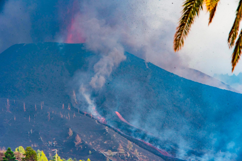 Dos nuevas bocas eruptivas del volcán de La Palma vierten lava que avanza a 60-80 metros/hora