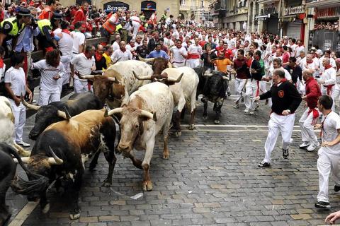 Los Torrestrella han protagonizado una rápida y emocionante carrera en el primer encierro de las fiestas de San Fermín, que ha durado 02.37 minutos. Los toros de la legendaria ganadería gaditana han avanzado agrupados, salvo en dos ocasiones puntuales en Estafeta y en la entrada de la plaza de Toros y, en principio, no han dejado cornadas aparentes a su paso.