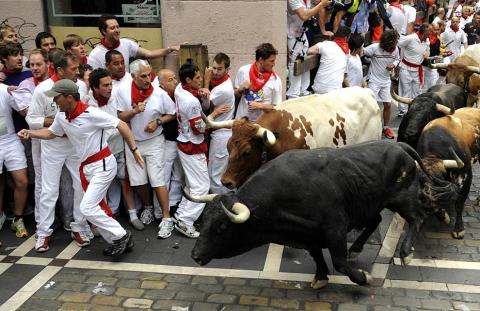 Los Torrestrella han protagonizado una rápida y emocionante carrera en el primer encierro de las fiestas de San Fermín, que ha durado 2 minutos y 30 segundos. No se han registrado heridos por asta de toro, aunque cuatro mozos han sido trasladados al Complejo Hospitalario de Navarra tras sufrir varias caídas y contusiones