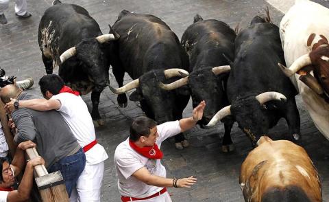 Los Torrestrella han protagonizado una rápida y emocionante carrera en el primer encierro de las fiestas de San Fermín, que ha durado 02.37 minutos. Los toros de la legendaria ganadería gaditana han avanzado agrupados, salvo en dos ocasiones puntuales en Estafeta y en la entrada de la plaza de Toros y, en principio, no han dejado cornadas aparentes a su paso