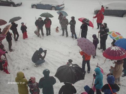 El pasado sábado 4 de febrero, víspera de Santa Águeda, un grupo de vecinos de Lekunberri cantó coplas en honor a esta santa por las calles nevadas de la localidad, al son de txistu y atabala.