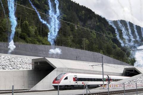 El nuevo túnel ferroviario de base de San Gotardo, ubicado en el sur de Suiza, se inaugura para batir dos récords simultáneamente: el de más largo y de más profundo del mundo.
