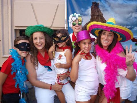 Dentro de la programación de las fiestas en honor a San Irineo, los vecinos de Valtierra celebraron el 22 de agosto el Día de las Peñas, cuyo acto central fue la comida popular que organizó el Club juvenil 'La Higuera' en la plaza de los fueros. Durante el banquete, la charanga 'Los artistas del gremio' amenizaron a todos los presentes con su música. La sobremesa prosiguió con un animado bingo y, finalmente, la orquesta Superhollywood se encargó de la verbena.