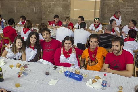 Del 14 al 20 de agosto, la localidad de Los Arcos celebró sus fiestas patronales. El cierre de la fiesta estuvo dedicado a los jóvenes, que se reunieron en el Cosillo para disfrutar de una comida popular organizada por la Asociación de Jóvenes Urantzia-Urantziako Gaztelekua. La charanga Malababa puso la nota musical en la sobremesa.