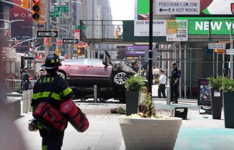 Un conductor protagonizó un atropello en la concurrida plaza neoyorquina de Times Square, donde su vehículo ha quedado subido sobre la acera.