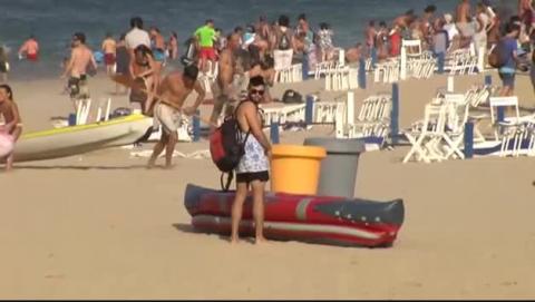 Una galerna hace desalojar a cientos de bañistas en San Sebastián