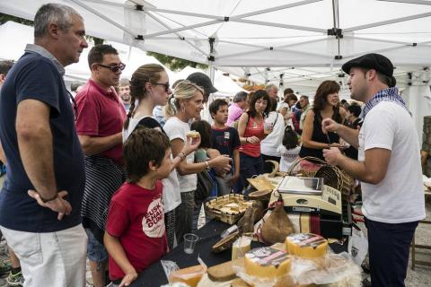 Un hotel de Pamplona paga 4.500 euros por el queso ganador del Artzai Eguna