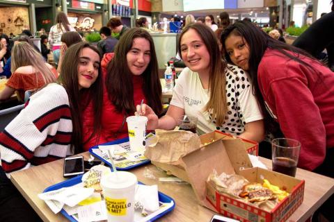 Jóvenes y familias se reunieron en el centro comercial de Itaroa para seguir la gala de Eurovisión.