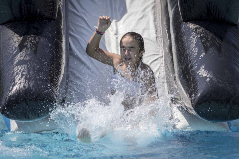 Fotos de los hinchables en la piscina por el Día de los niños y jóvenes en las fiestas de Elizondo (26 de julio)