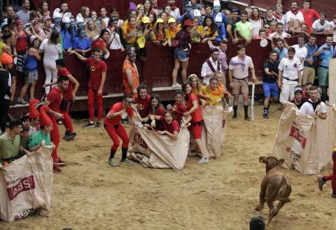 Las cuadrillas de Puente la Reina, disfrazadas de distintas películas, protagonizaron el viernes las kalejiras y el grand prix con vaquillas de la tarde