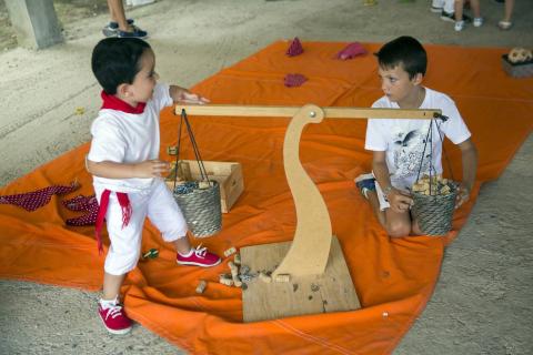 Actividades infantiles junto al río Ega en fiestas de Puente la Reina 2018, 28 de julio.