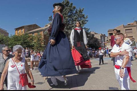 Homenaje, reparto de zurracapote, ambientico, pasacalles y cohete en el arranque de las fiestas de la localidad navarra.