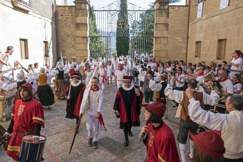 Comienzan las fiestas de la ciudad del Ega. La bajadica del Puy, la bajada del Ega, el Baile de La Era y la salida de la Comparsa de Gigantes y cabezudos han sido los principales actos del primer día de fiestas.