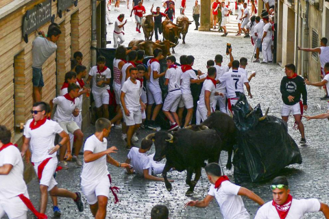 La Pañuelada de los chicos y la procesión han sido algunos de los actos principales de este domingo 5 de agosto, tercer día de fiestas de la ciudad del Ega