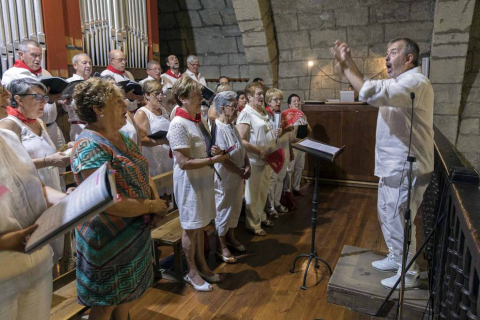 Carcastillo homenajeó este domingo a Mari Carmen Palacios por toda una vida dedicada al cuidado y mantenimiento de la parroquia local. El reconocimiento tuvo lugar en la iglesia de San Salvador, que acogió la misa del día grande de las fiestas.