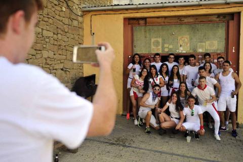 La villa comenzó sus fiestas reconociendo la carrera profesional del peluquero Mikel Luzea. El calor no fue excusa para que los vecinos disfrutasen del chupinazo