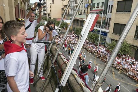Imágenes de la cornada en el encierro de Estella, bajadica de Che, cohete infantil, subida de la corporación infantil, ofrenda floral, pañuelada, entre otros.