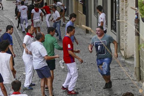 Un mozo ha sido corneado por un novillo que se ha dado la vuelta en el cuarto encierro de las fiestas de Estella