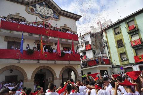Imágenes de las fiestas de Funes del lanzamiento del cohete y homenajes del ayuntamiento