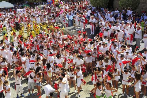 La localidad ribera arrancó sus fiestas este sábado. El alcalde, Valentín García Olcoz, fue el encargado de prender la mecha. Este domingo, a las 9:00 horas, tendrá lugar el primer encierro del Pilón