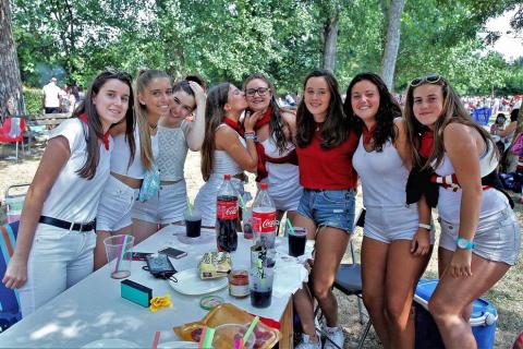 Burlada ha disfrutado en su tercer día de fiestas de su anual caldereta con grupos de todas las edades en el Parque de la Nogalera