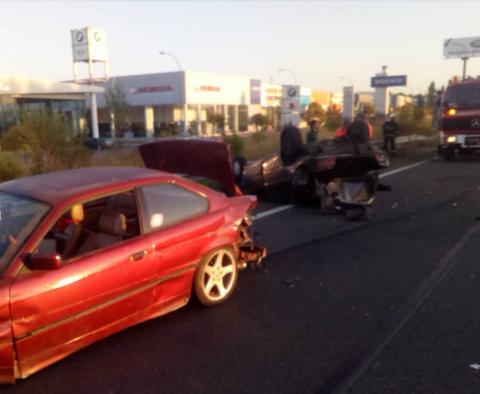 Vuelca un vehículo en Pamplona en un accidente con otro coche implicado