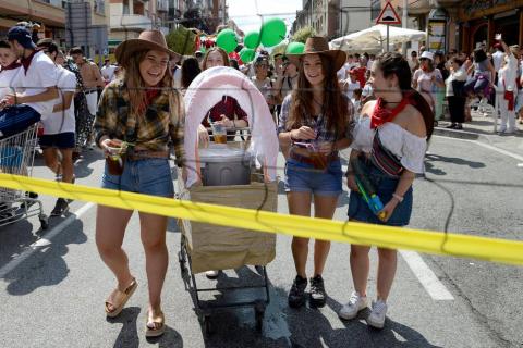 Los jóvenes de Noáin han desfilado con sus disfraces por la calle Real y la plaza de los Fueros de fiestas de Noáin 2018, 23 de agosto.