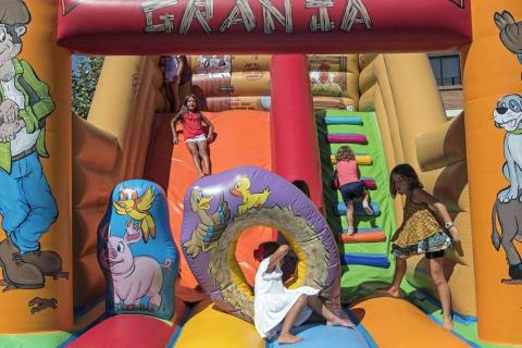 Los niños disfrutaron este sábado del día que les brinda el programa, con chupinazo y con una lluvia de golosinas