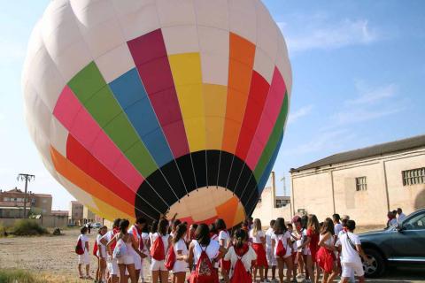 Los más pequeños celebraron este miércoles su día con su propio cohete y corporación, y disfrutaron de un globo aerostático, chocolatada y comida