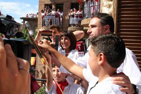 El edil Óscar Bea fue el encargado de prender el cohete anunciador de estos 7 días de fiesta en honor a la Virgen de la Paz