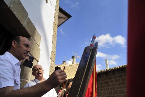 El alcalde, Adolfo Vélez, fue el encargado de lanzar el cohete que abrió nueve días festivos