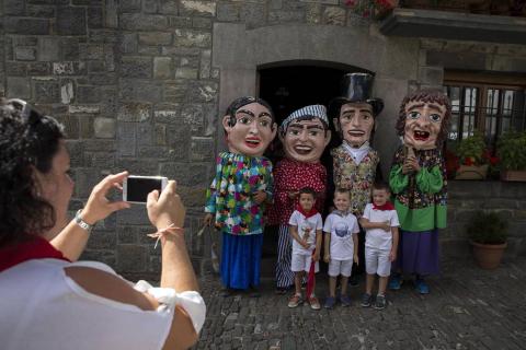 Los franceses Pedro Etcheverría, Romain Luzet, María Elena Benidot y Beñat Itoiz, componentes del  grupo de música folclórica 'Txanbezpel', fueron los encargados de prender la mecha del cohete anunciador de las fiestas de la villa que se prolongarán hasta el próximo 11 de septiembre.