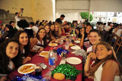 Imágenes de fiestas de Peralta de este viernes, 7 de septiembre, día en el que se ha celebrado el día de las peñas. Los jóvenes han cambiado el atuendo blanco y rojo por los disfraces.