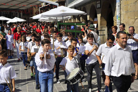 A menos de una semana para el inicio de las fiestas de Olite, los niños de la localidad se erigen este fin de semana en protagonista de unos festejos a su medida.