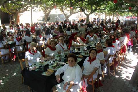 Las mujeres celebraron su día en las fiestas patronales con diversos actos como una comida popular y un pasacalles con charanga