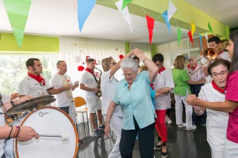 La charanga La Unión visitó la residencia de ancianos de Cintruénigo