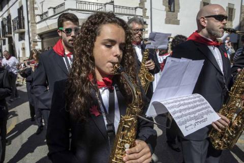 Desfile de la comparsa de gigantes y paellada popular en el tercer día de las fiestas de Zizur