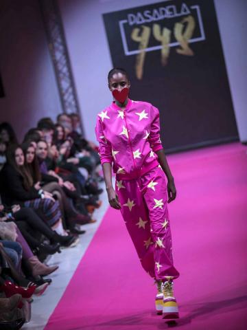 El certamen de moda Pasarela 948 finalizó este sábado después de tres días de exposiciones, eventos y desfiles entre los que destacó el variopinto repertorio de colores y formas que impregnan el estilo de la diseñadora Ágatha Ruiz de la Prada