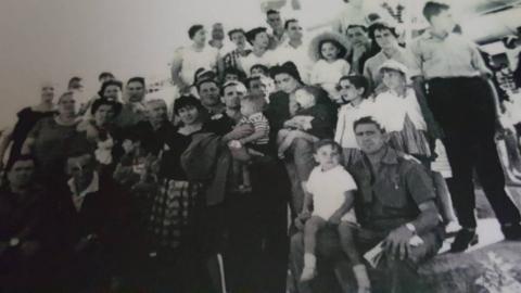 Un primer encuentro, teñido de emoción y nostalgia,  iluminó el viernes en tafalla los recuerdos de Emigrantes navarros que partieron a las antípodas en décadas pasadas.