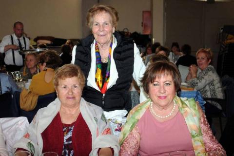 La Asociación de mujeres Marecilla organizó, un año más, una gran comida con motivo de la celebración del Día de la Mujer. Así, el sábado 9 de marzo, tras la tradicional misa, las vecinas de Marcilla se citaron en la Sociedad, donde disfrutaron de una buena mesa. Tras finalizar el ágape, los sorteos y la música de la orquesta Azabache prologaron la celebración toda la tarde.