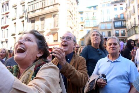 Decenas de personas esperaban en la Plaza Consistorial la salida de los ediles.