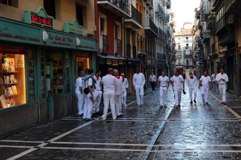 Varios mozos se han concentrado este martes, 7 de julio, en la Cuesta de Santo Domingo para entonar el cántico al Santo.