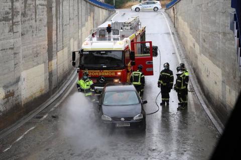Un herido por un rayo,calles anegadas y vías cortadas