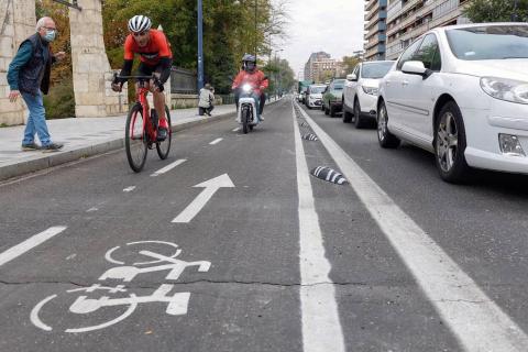 El exciclista y el exatleta se enfrentaron con fines solidarios por las calles de Valladolid en un reto patrocinado por el Banco Santander en el que compitieron encima de la bicicleta y posteriormente a la carrera.