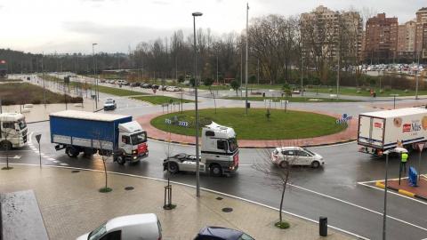 Una caravana de 200 vehículos recorre las rondas de Pamplona contra la nueva tributación del IRPF