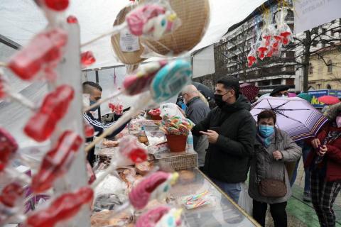 Largas filas en el mercadillo de San Blas, que este año se ha trasladado al paseo de Sarasate.